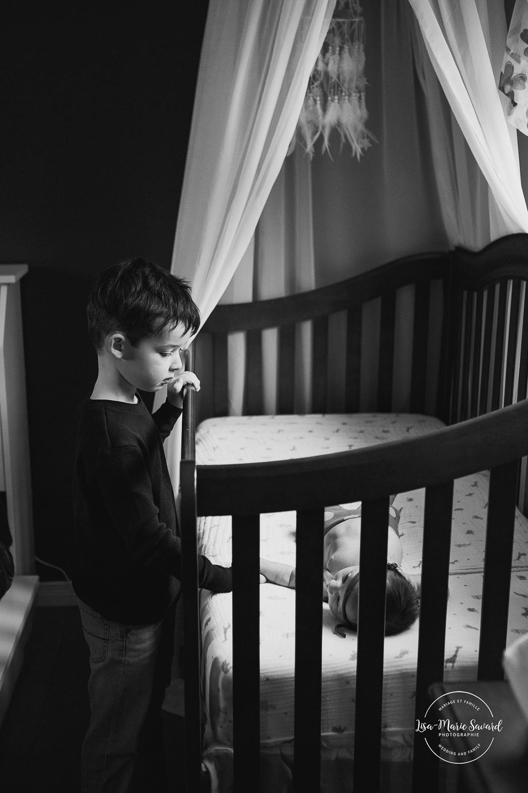 Séance nouveau-né à domicile à Montréal. Photos de nouveau-né lifestyle. Photographe de bébé à Montréal. Montreal newborn photographer. Montreal lifestyle newborn photos.
