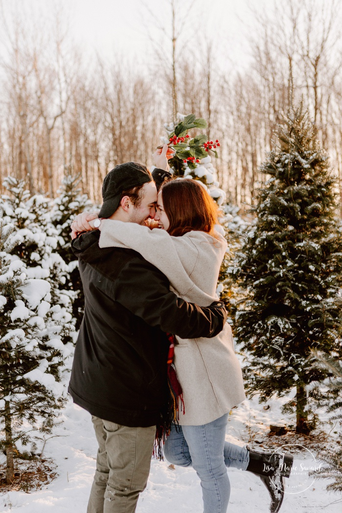 Christmas tree farm engagement session. Forest engagement photos. Plantation JLS. Photographe de fiançailles à Montréal. Montreal engagement photographer