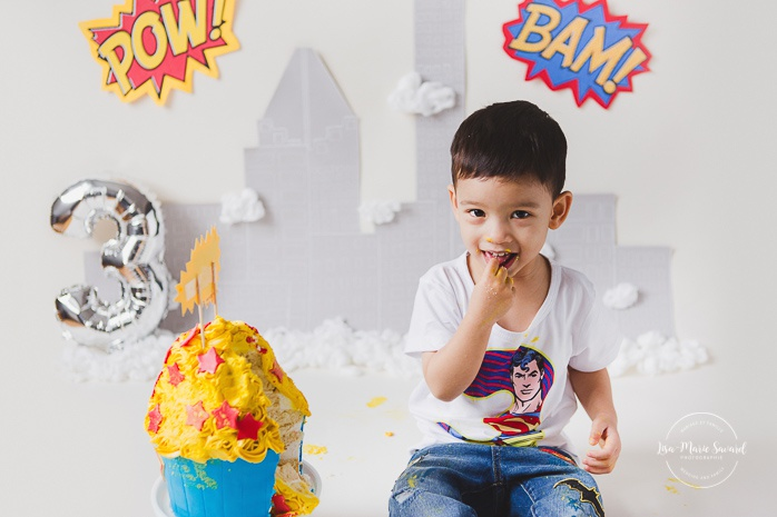 Superhero Smash the Cake session. Personalized Superman Cake Smash session. Superhero birthday ideas. Photographe de Cake Smash à Montréal