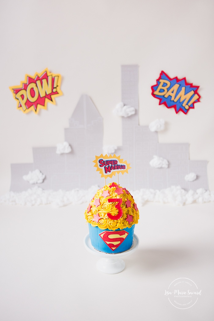 Superhero Smash the Cake session. Personalized Superman Cake Smash session. Superhero birthday ideas. Smash the Cake de super-héros à Montréal. Photographe de Cake Smash à Montréal