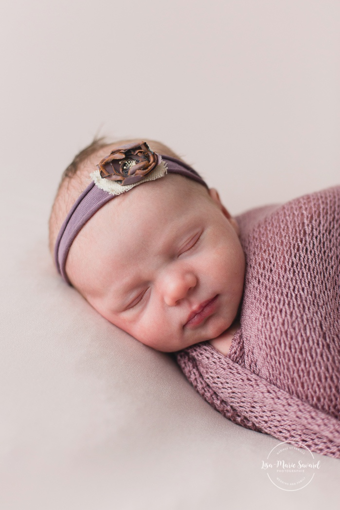 Lilac purple newborn photos. Minimalist girl newborn session. Organic newborn photos. Pure newborn photos. Photos de nouveau-né à Verdun. Verdun newborn photographer.