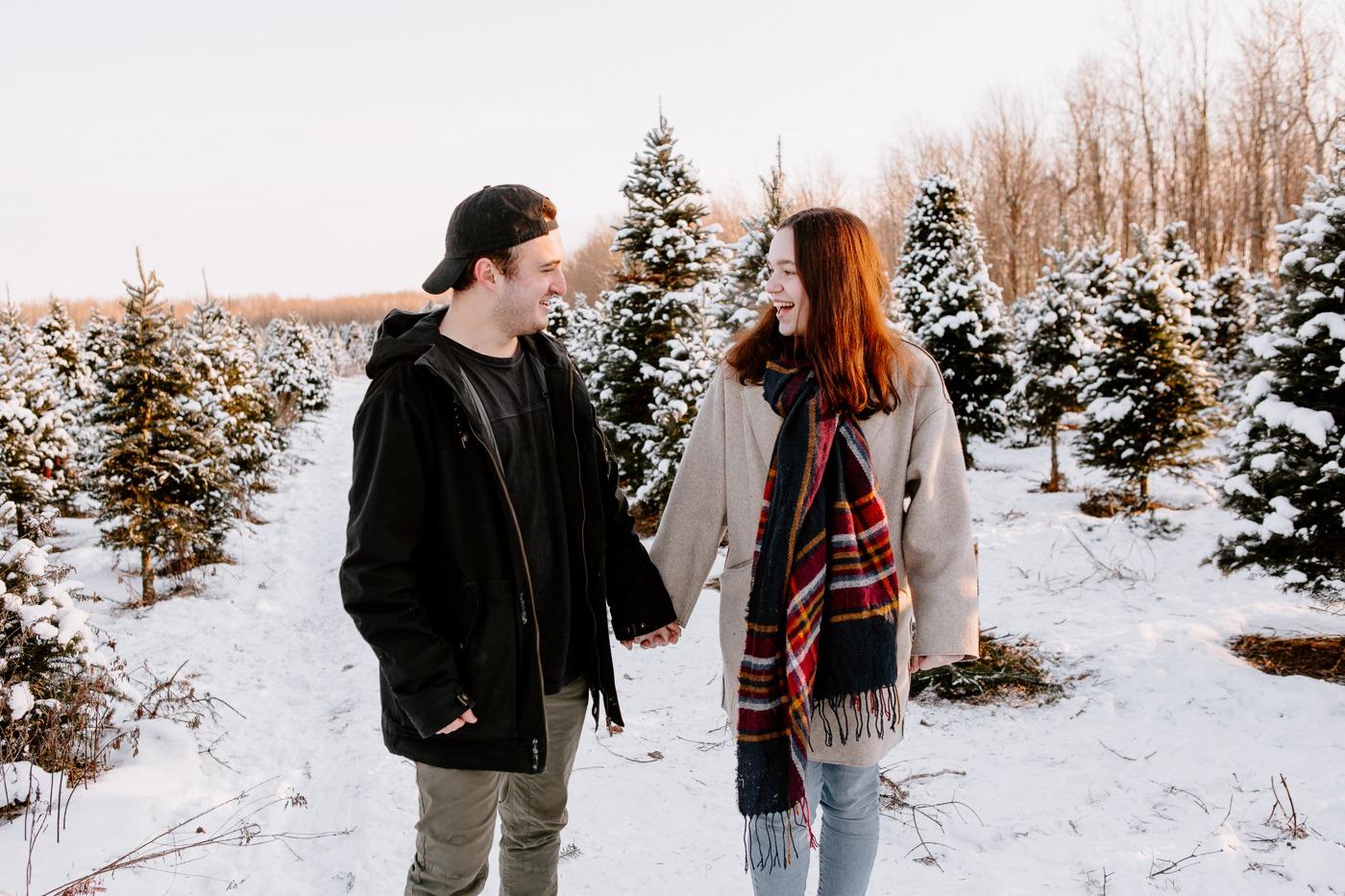 Photographe de fiançailles à Montréal. Photographe de couple à Montréal. Montreal engagement photographer. Montreal couple photographer. Romantic winter session in Montreal. Plantation JLS ferme de sapins de Noël