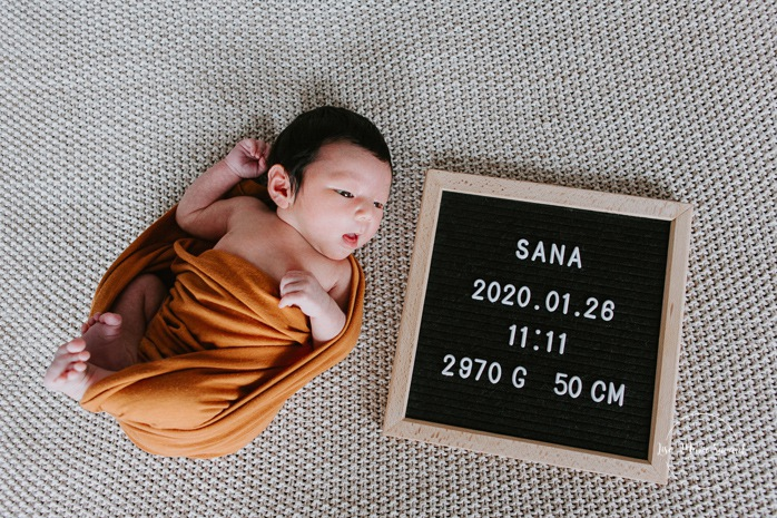 Intimate in-home newborn session. Lifestyle newborn photos. Newborn baby with felt letter board. Photoshoot de bébé à Montréal. Old Montreal newborn photographer. Montreal travel photographer.