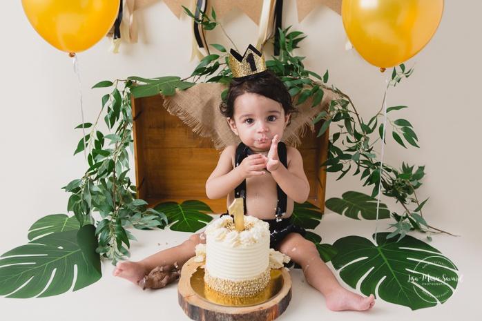 Tropical jungle Smash the Cake photos. Jungle Cake Smash session. Forest Cake Smash photos. King of the jungle birthday photos. Séance Smash the Cake tropicale à Montréal. Photographe d'anniversaire d'enfants à Montréal. Montreal Smash the Cake photographer