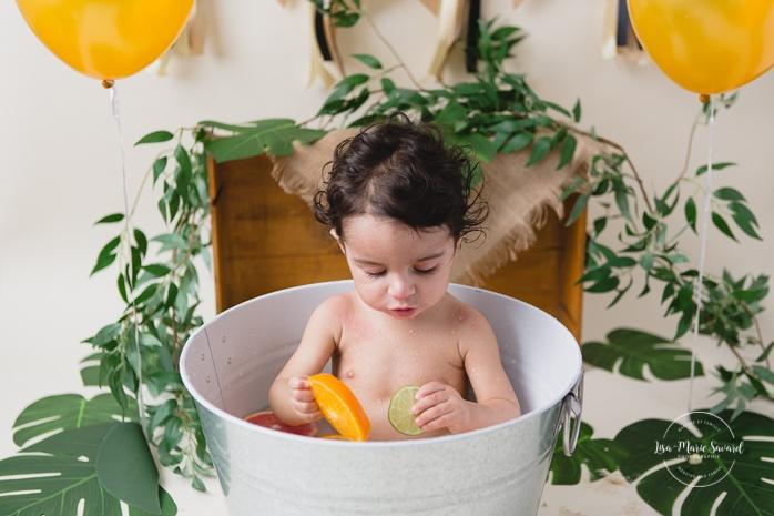 Citrus bath Smash the Cake. Cake Smash citrus bath. Orange bath Cake Smash. Photos de bain d'agrumes à Montréal. Photographe d'anniversaire d'enfants à Montréal. Montreal citrus bath photos