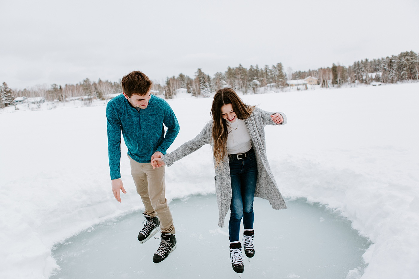 Ice skating engagement photos on a lake. Winter engagement photos. Winter engagement session. Ice skating couple photos. Photos de couple en patin sur un lac. Séance de fiançailles à Montréal. Photographe de fiançailles à Montréal. Montreal engagement photographer. Lac Docteur Saint-Honoré Chicoutimi
