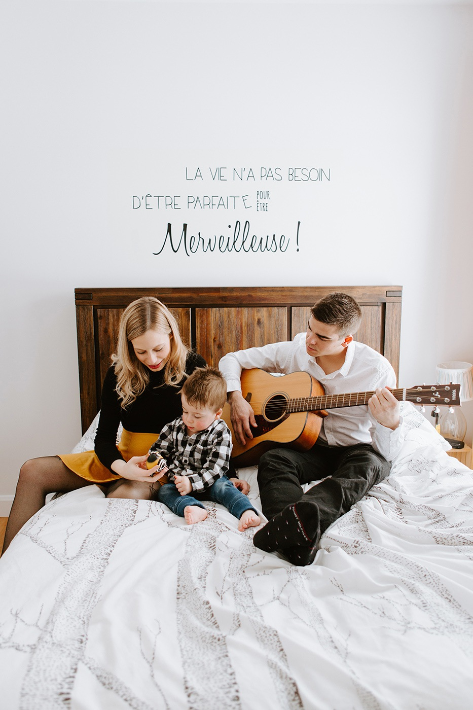Family photos with guitar. Dad and son playing guitar. In-home maternity session. Family pregnancy photos. Maternity photos with toddler. Photos de maternité au Saguenay. In-home maternity session with toddler in Saguenay