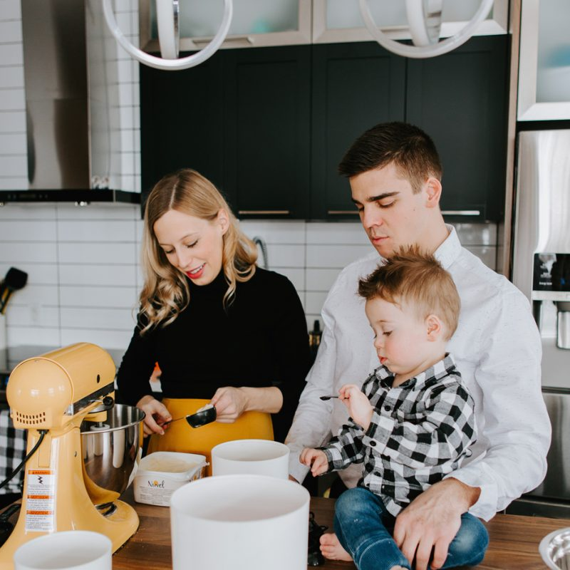 In-home baking session. Family baking photos. Pregnancy bun in the oven baking photos. Maternity photos with toddler. Séance maternité à domicile à Chicoutimi. In-home maternity session with toddler in Saguenay