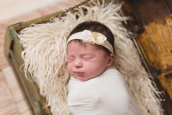 Newborn baby in vintage wooden trunk. Minimalist newborn session. Baby photos ideas. Photos de nouveau-né avec parents à Montréal. Montreal newborn photos with parents. Photographe à Verdun. Verdun photographer