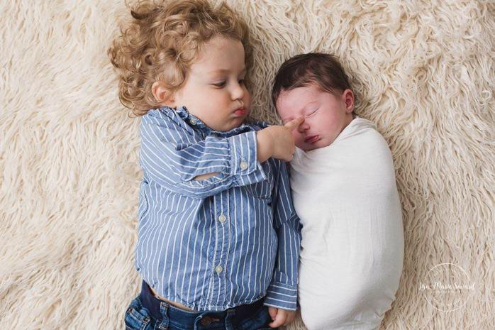 Sibling newborn photos. Big brother with baby sister. Minimalist newborn session. Baby photos ideas. Photos de nouveau-né avec parents à Montréal. Montreal newborn photos with parents. Photographe à Verdun. Verdun photographer