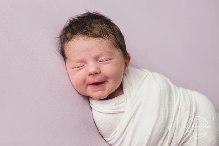Purple newborn photos. Minimalist newborn session. Baby photos ideas. Photographe à Verdun. Verdun photographer.