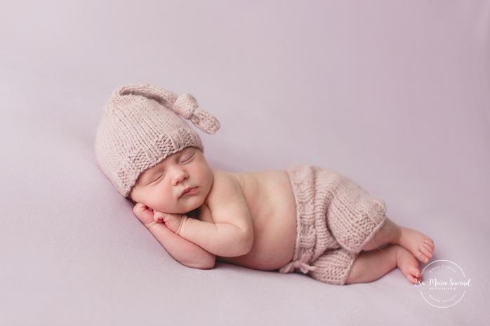 Purple newborn photos. Minimalist newborn session. Baby photos ideas. Photos de nouveau-né avec parents à Montréal. Montreal newborn photos with parents. Photographe à Verdun. Verdun photographer