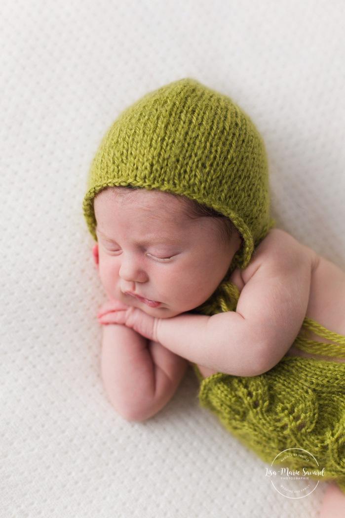 Green newborn photos. Minimalist newborn session. Baby photos ideas. Photographe à Verdun. Verdun photographer