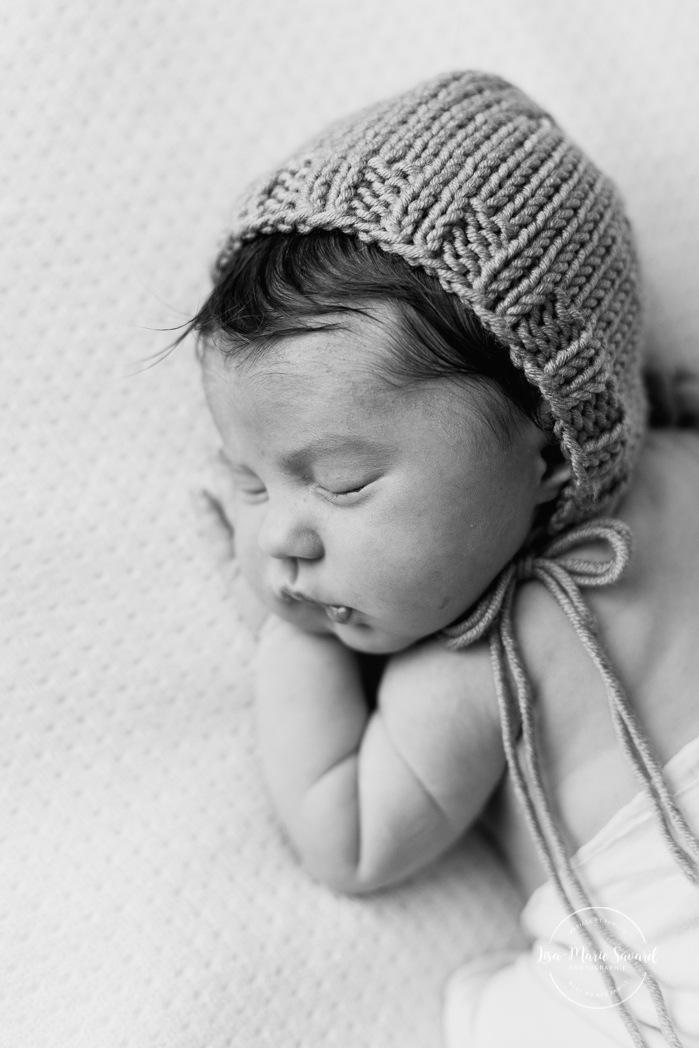 Yellow newborn photos. Mustard photography props. Minimalist newborn session. Baby photos ideas. Photographe à Verdun. Verdun photographer