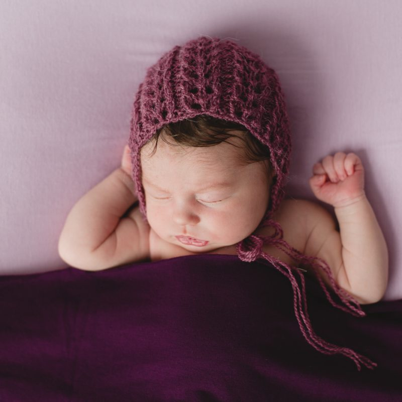 Purple newborn photos. Minimalist newborn session. Baby photos ideas. Photos de nouveau-né avec parents à Montréal. Montreal newborn photos with parents. Photographe à Verdun. Verdun photographer