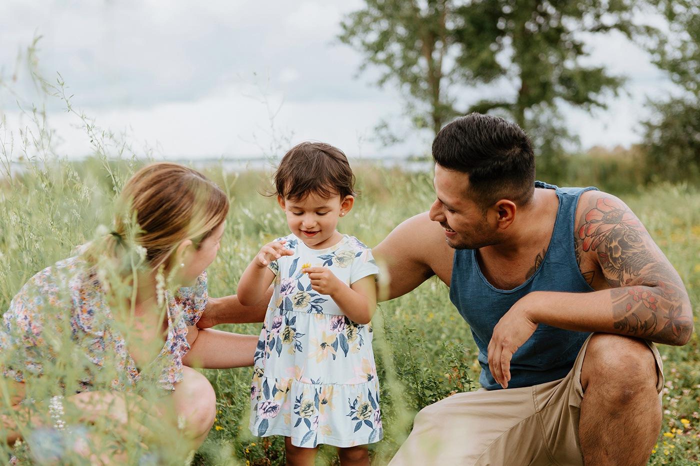 Photographe de famille à Montréal. Photographe lifestyle à Montréal. Photos de famille à l'extérieur à Montréal. Montreal family photographer. Montreal outdoor family photos.