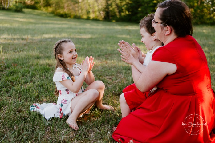 Mother playing with children. Children playing hand games. Mom with daughter and son. Single mom and children. Single mother with children. Outdoor family photos. Fun family photos. Séance familiale à Québec. Photographe de famille à Québec. Quebec City family photographer.