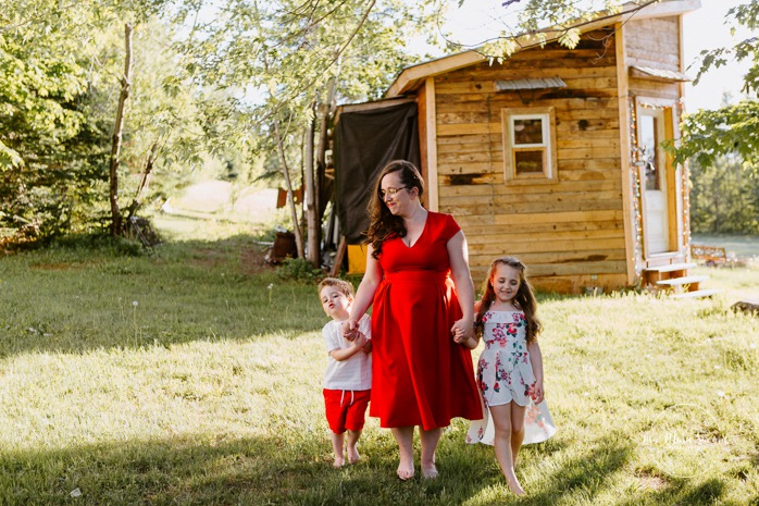 Mom with daughter and son. Single mother with children. Outdoor family photos. Fun family photos. Photos de famille au Lac-Saint-Charles. Photographe de famille à Québec. Quebec City family photographer.