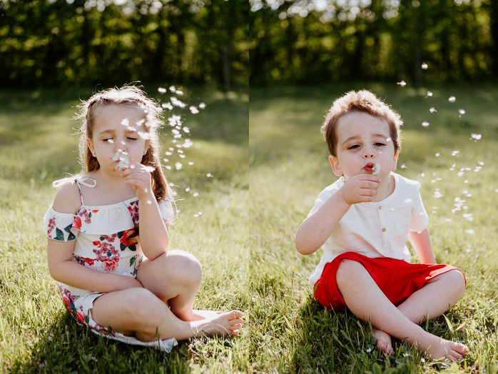 Brother and sister blowing dandelions. Brother and sister playing together. Siblings photos. Siblings playing together. Outdoor family photos. Fun family photos. Séance familiale à Québec. Photographe de famille à Québec. Quebec City family photographer.