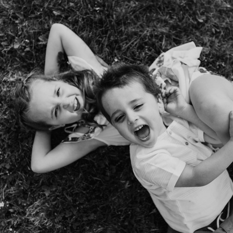 Brother and sister playing together. Siblings photos. Siblings playing together. Outdoor family photos. Fun family photos. Séance familiale à Québec. Photographe de famille à Québec. Quebec City family photographer.