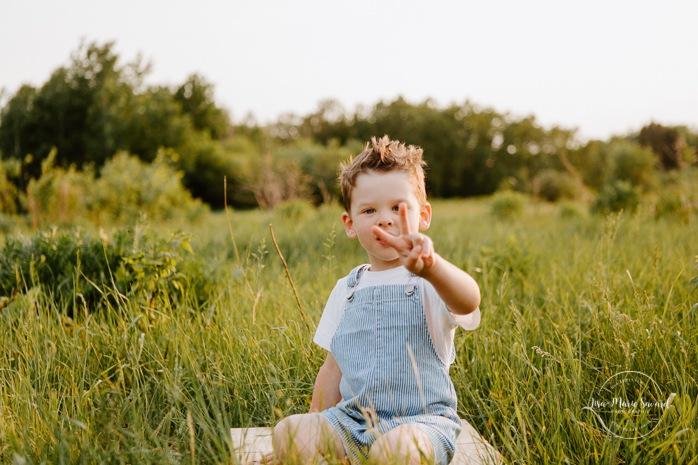 Family photos in a field. Golden hour family photos. Toddler boy photos. Two years old boy session. Séance photo dans un champ sauvage. Photographe de famille au Saguenay-Lac-Saint-Jean. Saguenay family photographer.