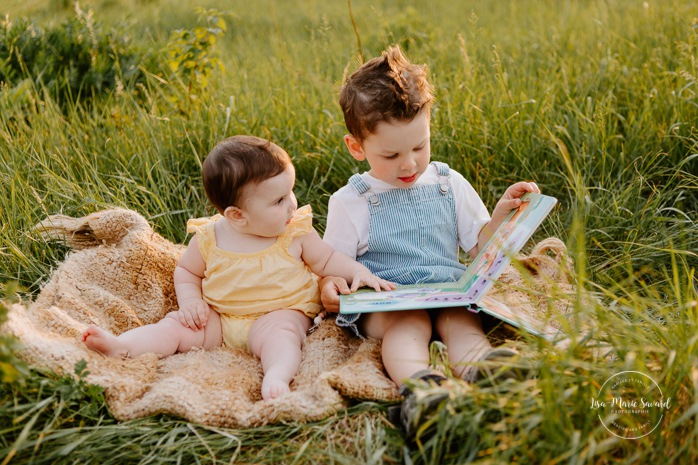 Family photos in a field. Golden hour family photos. Brother and sister reading book. Toddler boy and baby sister. Sibling photos. Séance photo dans un champ sauvage. Photographe de famille au Saguenay-Lac-Saint-Jean. Saguenay family photographer.