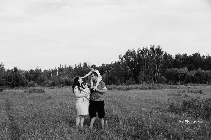 Family photos in a field. Golden hour family photos. Family of four photos. Séance photo dans un champ sauvage. Photographe de famille au Saguenay-Lac-Saint-Jean. Saguenay family photographer.