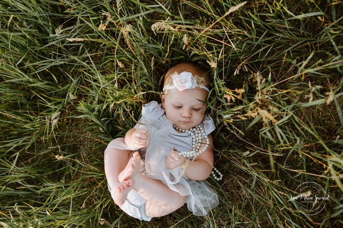Six months old girl photos. Baby girl lying on grass. Outdoor family mini session. Family photos in a field. Photographe à Montréal. Montreal riverbanks family photos. Montreal family photographer