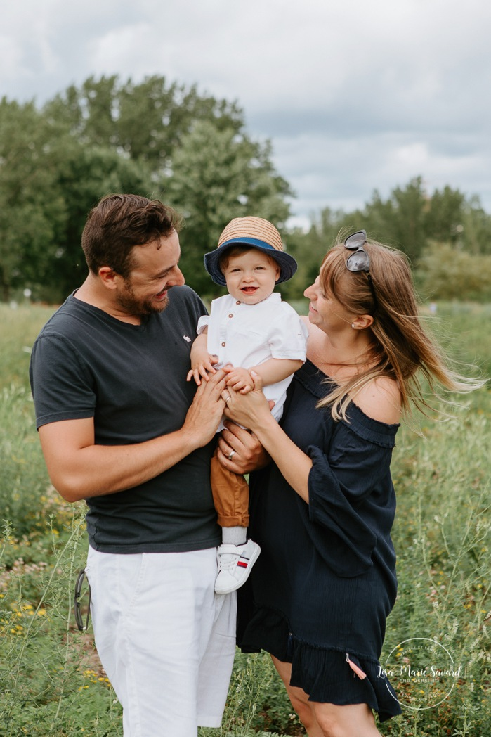 Family photos with toddler. Outdoor family mini session. Family photos in a field. Photographe à Montréal. Montreal riverbanks family photos. Montreal family photographer