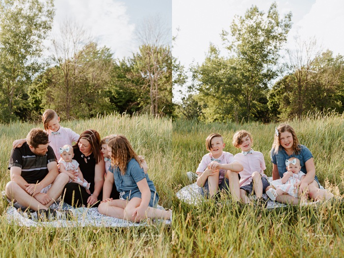 Family of six photos. Family session with four children. Sibling photo ideas. Outdoor family mini session. Family photos in a field. Photographe à Montréal. Montreal riverbanks family photos. Montreal family photographer