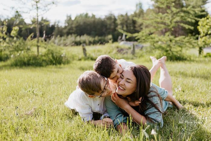 Mom and sons. Single mom with sons. Single mother with children. Outdoor family photos. Fun family photos. Séance familiale dans la Ville de Québec. Photographe de famille à Québec. Quebec City family photographer.