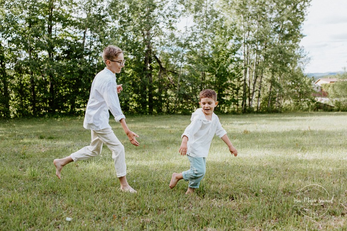 Boys playing together. Big brother and little brother. Brothers playing together. Sibling photos. Outdoor family photos. Fun family photos. Photos de famille au Lac-Saint-Charles.
