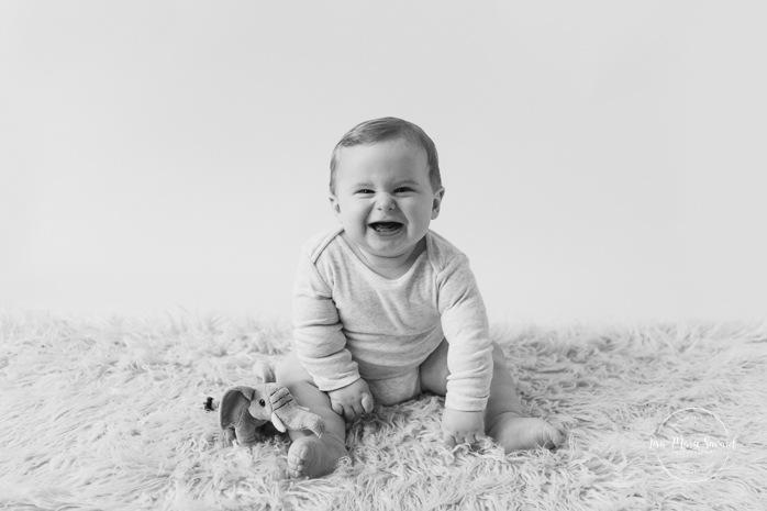 Minimalist milestone session. Minimalist sitter session. Little boy six months old photos. Six months old baby photos. Séance photo pour enfants à Montréal. Montreal milestone baby photos. Montreal six months baby photos.