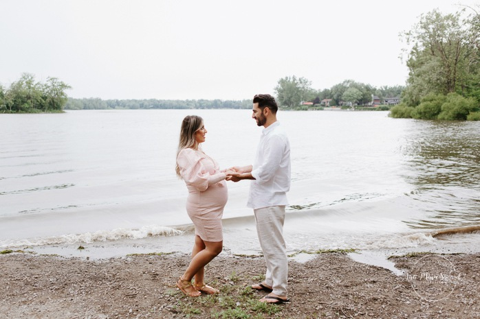 Maternity photos next to river. Maternity session by waterfront. Maternity photos with toddler. Maternity session little boy. Séance maternité à Laval. Photographe de maternité à Laval. Laval maternity photographer.