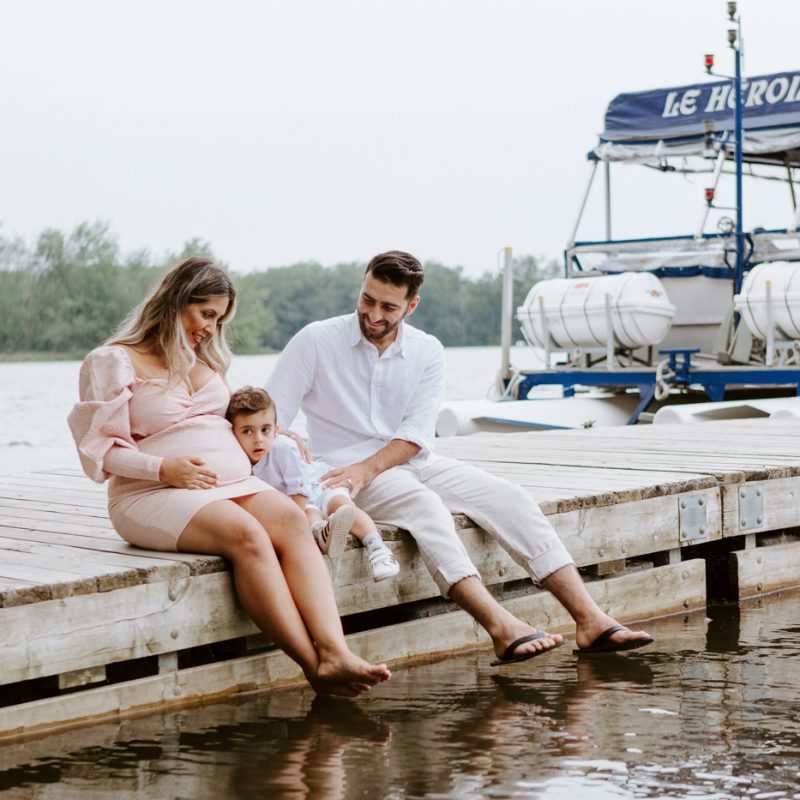 Maternity photos next to river. Maternity session by waterfront. Maternity photos on dock. Maternity photos with toddler. Maternity session little boy. Séance maternité à la Berge des Baigneurs à Laval. Photographe de maternité à Laval. Laval maternity photographer.