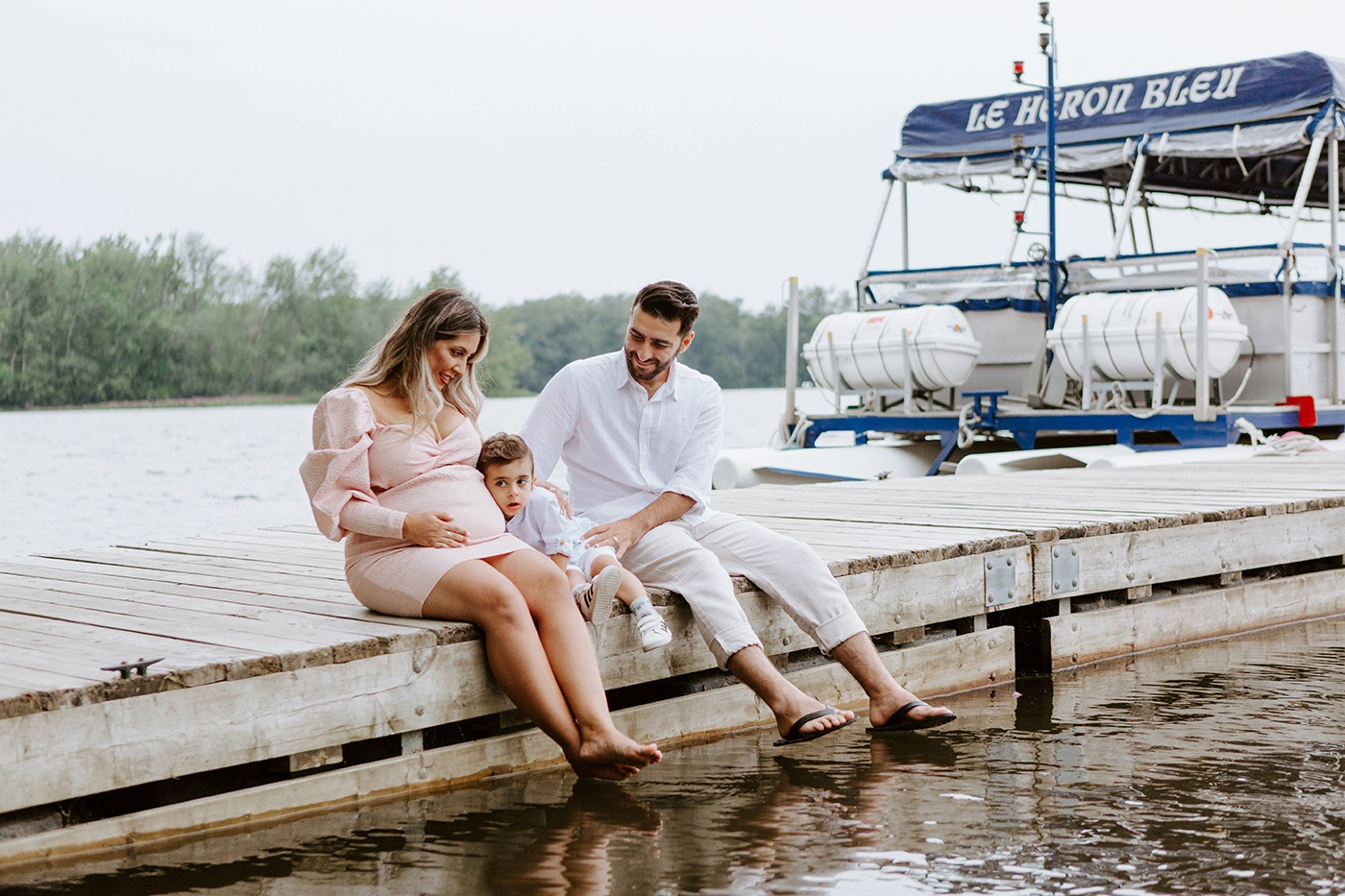 Maternity photos next to river. Maternity session by waterfront. Maternity photos with toddler. Maternity session little boy. Séance maternité à la Berge des Baigneurs à Laval. Photographe de maternité à Laval. Laval maternity photographer.
