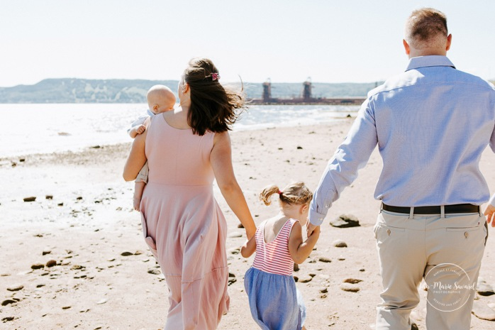 Beach family photos. Beach family session. Family walking on the beach. Family of four photos. Photos à la plage de La Baie quai d'escale. Photographe de famille au Saguenay. Saguenay family photographer.