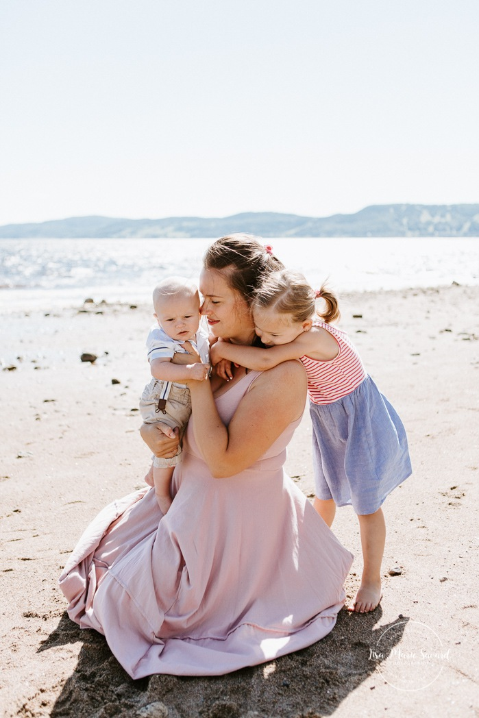 Beach family photos. Beach family session. Mom with children photo. Photos à la plage de La Baie quai d'escale. Photographe de famille au Saguenay. Saguenay family photographer.
