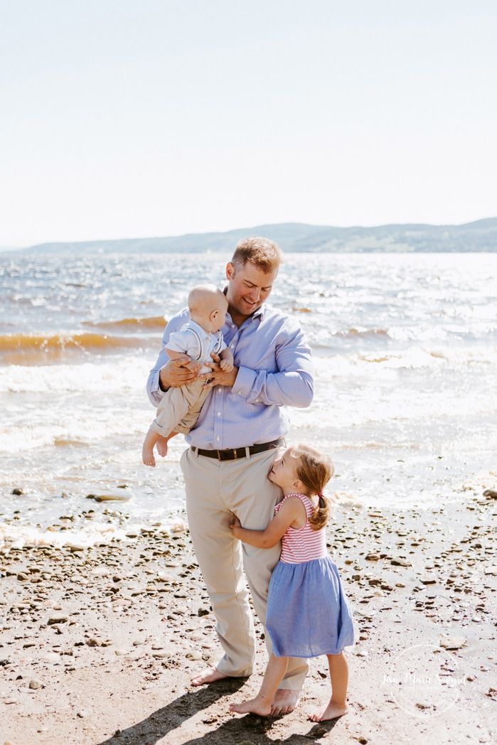 Beach family photos. Beach family session. Dad with children photo. Photos à la plage de La Baie quai d'escale. Photographe de famille au Saguenay. Saguenay family photographer.