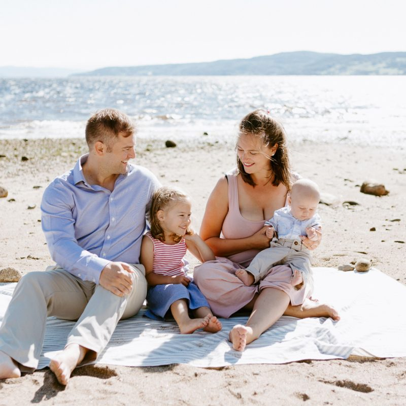 Beach family photos. Beach family session. Family of four photos. Photos à la plage de La Baie quai d'escale. Photographe de famille au Saguenay. Saguenay family photographer.