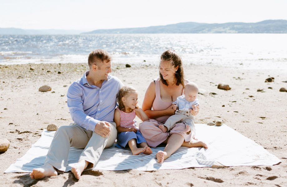 Beach family photos. Beach family session. Family of four photos. Photos à la plage de La Baie quai d'escale. Photographe de famille au Saguenay. Saguenay family photographer.