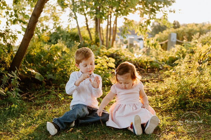 Siblings photos. Big brother playing with little sister. Outdoor family session. Outdoor family photos. Family of four photos. Photos de famille dans les West Island à Montréal. Photographe de famille à Montréal. Montreal West Island family photos. Montreal family photographer.