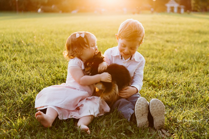 Family photos with dog. Siblings photos. Children hugging dog. Outdoor family session. Outdoor family photos. Family of four photos. Photos de famille dans les West Island à Montréal. Photographe de famille à Montréal. Montreal West Island family photos. Montreal family photographer.