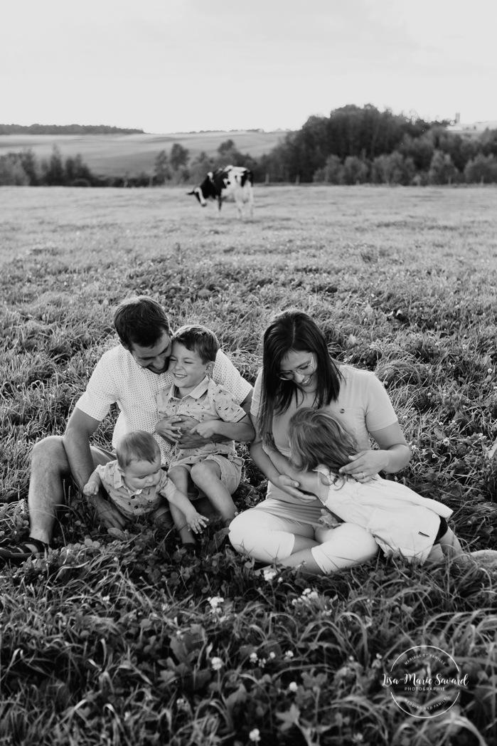 Dairy farm photos with cows. Farm photo session. Family photos with cows. Countryside family photos. Séance photo à la ferme avec des vaches. Séance photo ferme laitière. Photographe de famille à Montréal. Montreal family photographer.