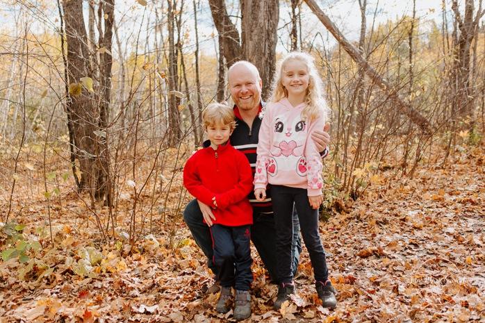 Fall family photos. Autumn family session. Dad with son and daughter. Dad with children photos. Minis séances d'automne au Saguenay. Photos de famille à Jonquière. Saguenay family photographer.