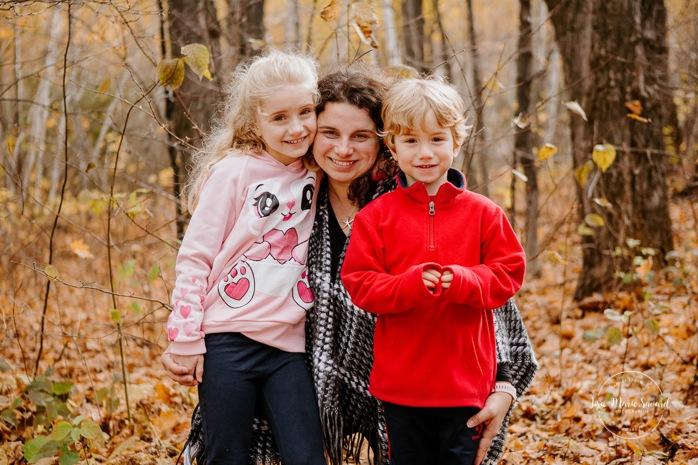 Fall family photos. Autumn family session. Mom with son and daughter. Mom with children photos. Minis séances d'automne au Saguenay. Photos de famille à Jonquière. Saguenay family photographer.