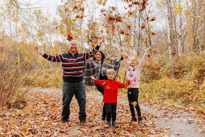 Fall family photos. Autumn family session. Family of four photos. Family throwing leaves in the air. Minis séances d'automne au Saguenay. Photos de famille à Jonquière. Saguenay family photographer.