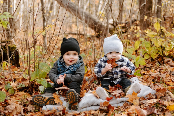 Fall family photos. Autumn family session. Boys playing with leaves. Family photos with toddlers. Family session with boys. Minis séances d'automne au Saguenay. Photos de famille à Jonquière. Saguenay family photographer.