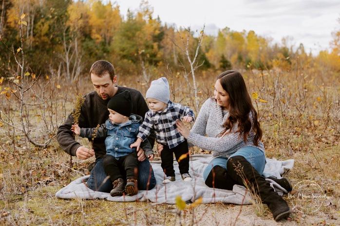 Fall family photos. Autumn family session. Family photos with toddlers. Family session with boys. Minis séances d'automne au Saguenay. Photos de famille à Jonquière. Saguenay family photographer.