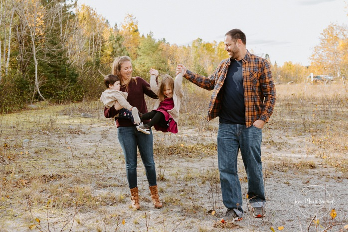 Fall family photos. Autumn family session. Parents swinging daughter with arms. Family photos with toddlers. Family session with girls. Minis séances d'automne au Saguenay. Photos de famille à Jonquière. Saguenay family photographer.